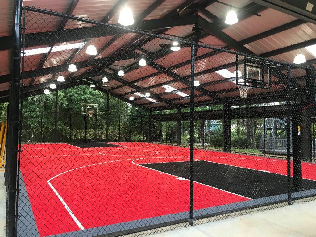 Cancha de baloncesto negra y roja