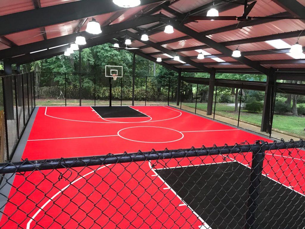 pista de basket cubierta en el patio de una casa